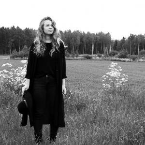 Cajsa-Stina på en äng